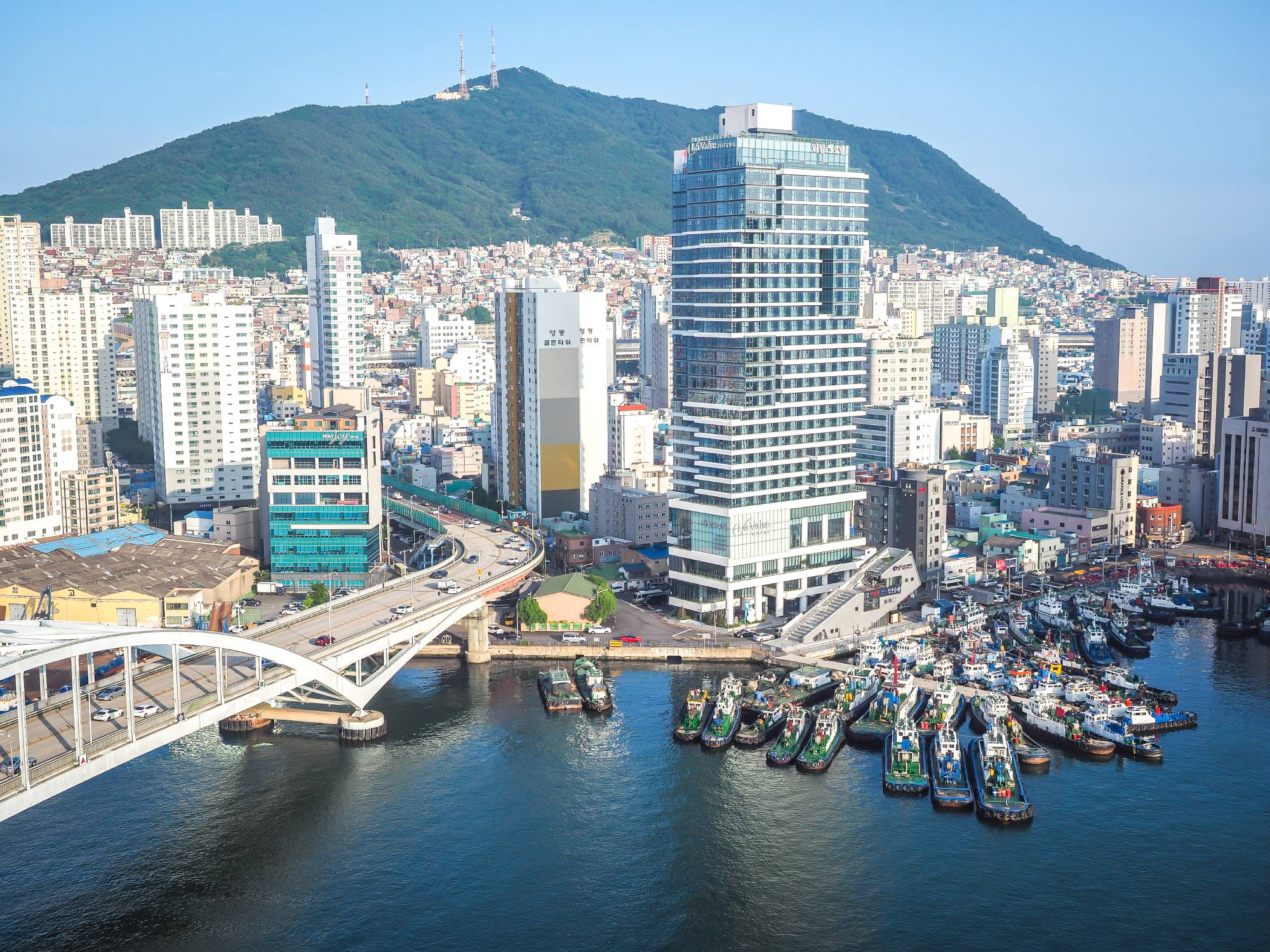 La Valse sits on the tip of Yeongdo Island, where ships pass under Busan Bridge to the Busan Harbor